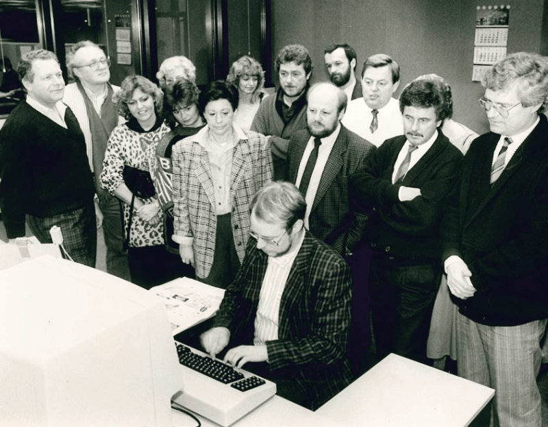 Müller-Bringmann sammelt Erfahrungen als Redakteur. Hier mit einer Besuchergruppe in der Redaktion Meerbusch der Rheinischen Post. Foto: Michael Rennertz