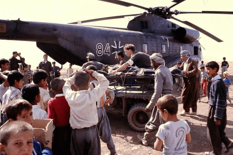 """Nach dem ersten Irak-Krieg flohen viele Kurden in den Nordwesten des Irans. In dem bergigen Gelände half die Bundeswehr mit Hubschraubern, die Flüchtlinge zu versorgen. """"Apokalyptische Zustände habe ich dort gesehen"""", sagt Müller-Bringmann, der auch dieses Foto machte."""