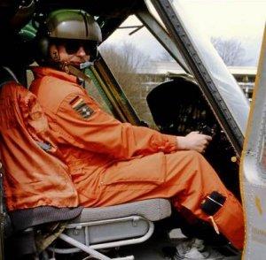 """Bei der Buchrecherche für """"SAR – Helfer aus der Luft"""" nimmt Müller-Bringmann an unzähligen Rettungseinsätzen teil. Hier in einer Kanzel einer BELL UH1D des Lufttransportgeschwaders 61 aus Landsberg/Lech."""